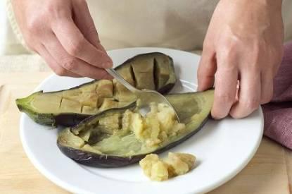 Une aubergine cuite au four