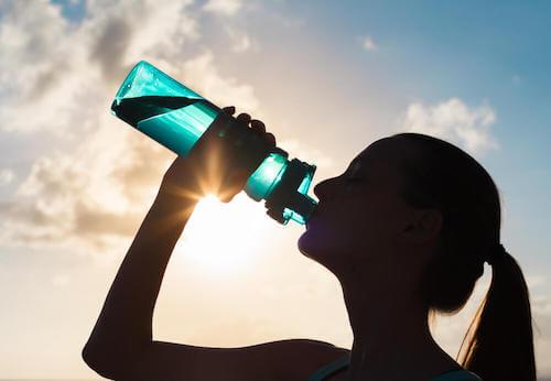 Boire plus d'eau aide à alcaliniser votre corps.