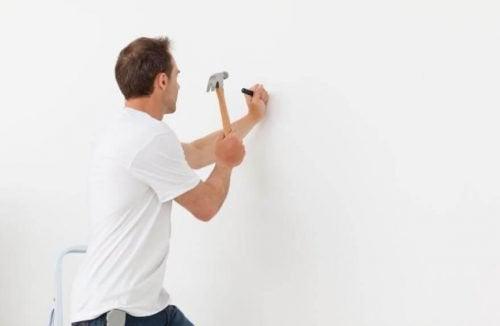 Comment planter un clou sans abimer le mur