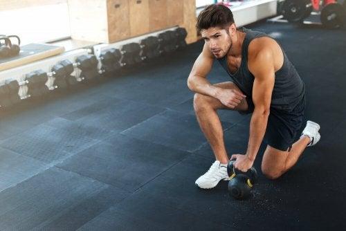 douleur de l'épaule causée par le sport
