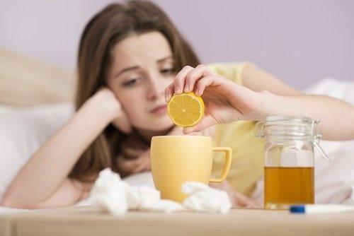 faire baisser la fièvre avec un remède à la sauge, au miel et au citron