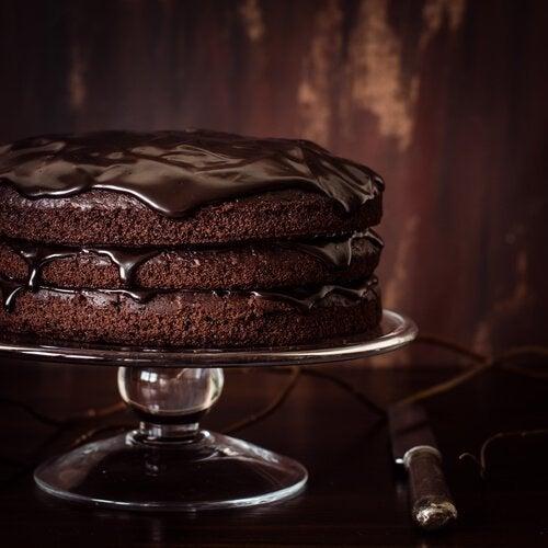 gâteau au chocolat et à la crème avec un glaçage miroir