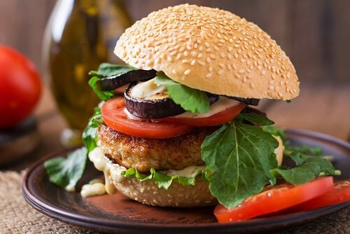 Riz au sésame et hamburger.