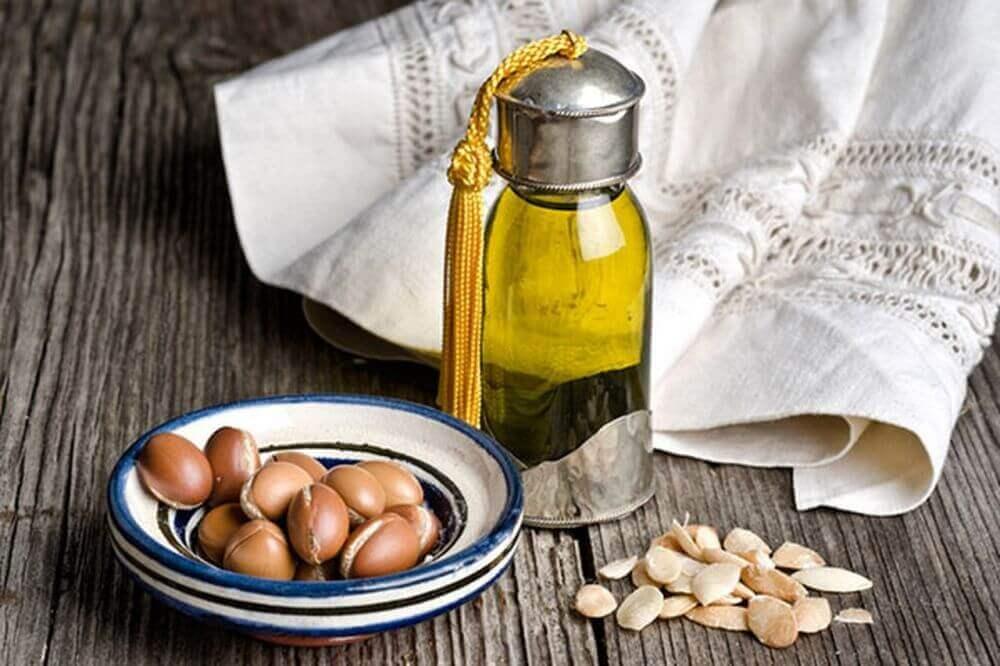Epaissir les sourcils avec de l'huile d'argan.