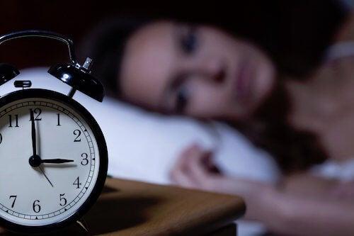 Les maux de tête au réveil à cause de l'insomnie.