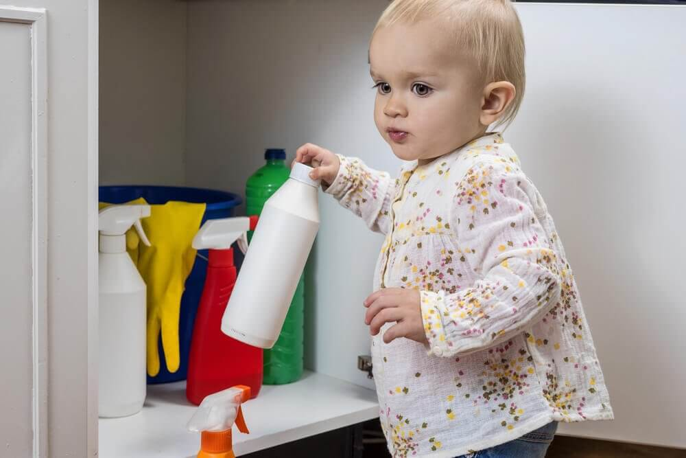 Les accidents avec l'eau de javel et les enfants.