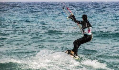 Le kitesurf est un sport nautique amusant