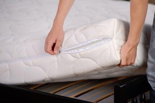 nettoyer votre matelas pour désinfecter naturellement votre chambre