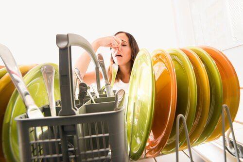 4 astuces pour vous d barrasser des mauvaises odeurs des canalisations de votre cuisine. Black Bedroom Furniture Sets. Home Design Ideas