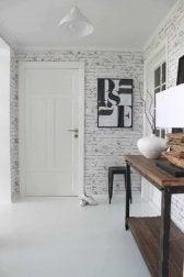Poser du papier peint dans l'entrée