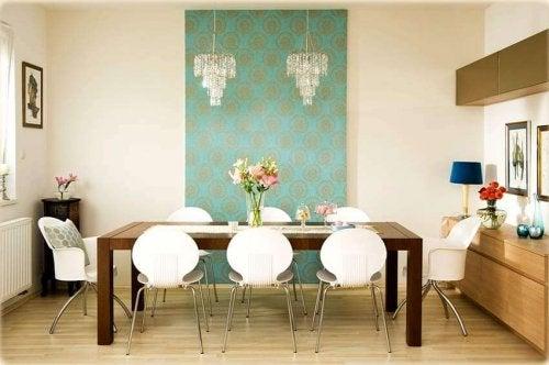 poser du papier peint dans la salle à manger