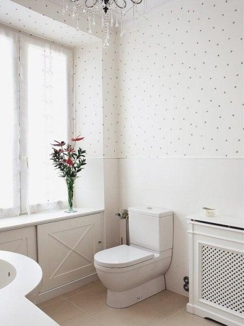 poser du papier peint dans la salle de bain