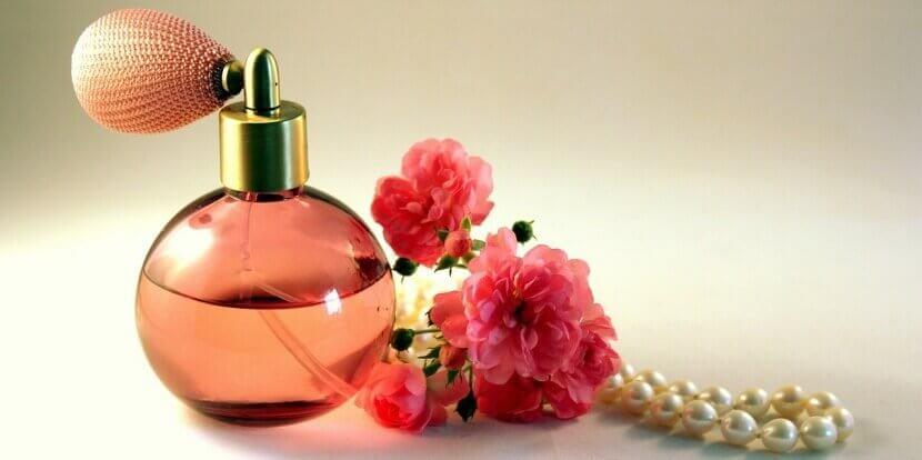 décorations avec des vieux flacons de parfum