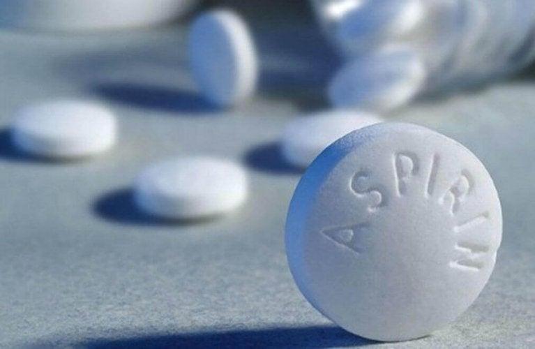 Combattez les pellicules avec de l'aspirine.