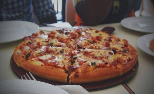 Pizza avec une pâte fermentée.