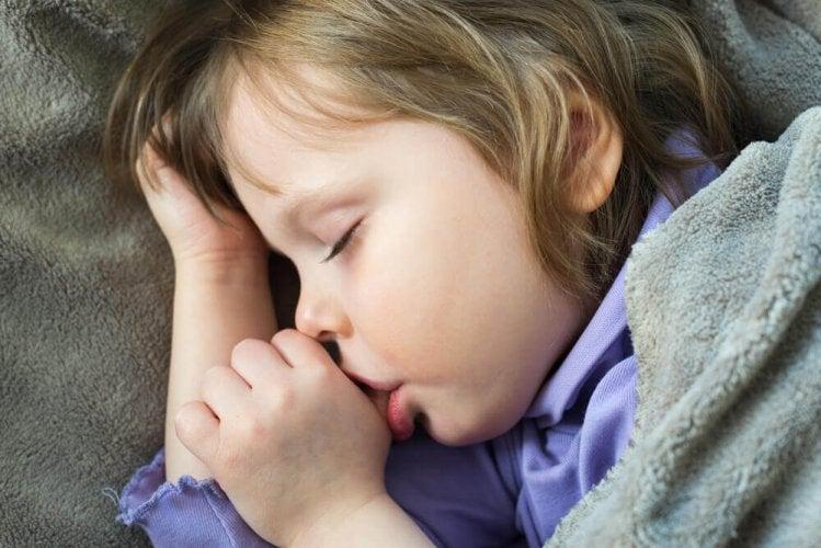 4 conseils pour éviter que votre enfant continue de sucer son pouce