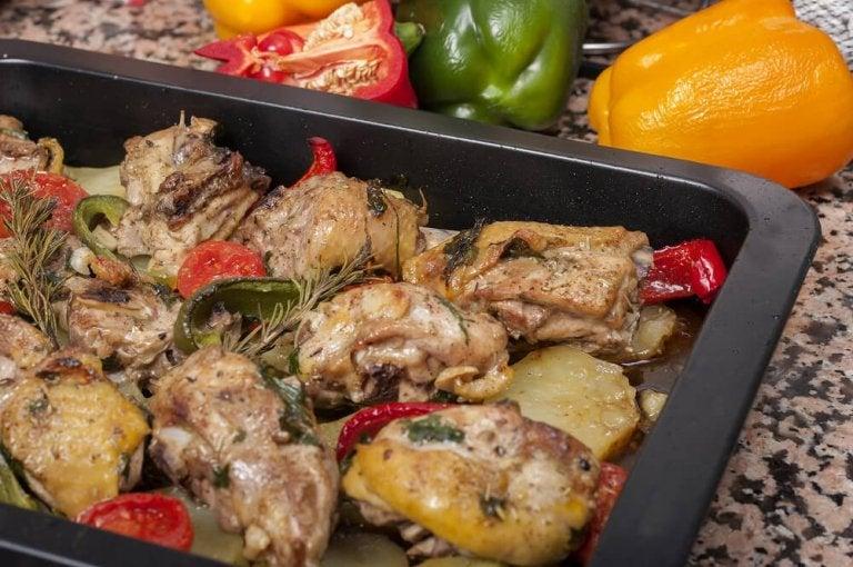 Délicieuse recette de poulet cuit au four avec des pommes de terre et des carottes