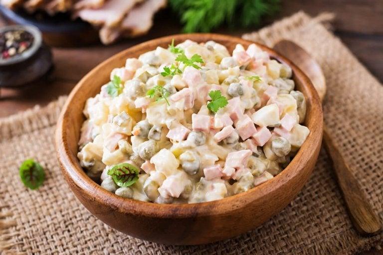 Goûtez cette délicieuse salade russe facile à préparer !
