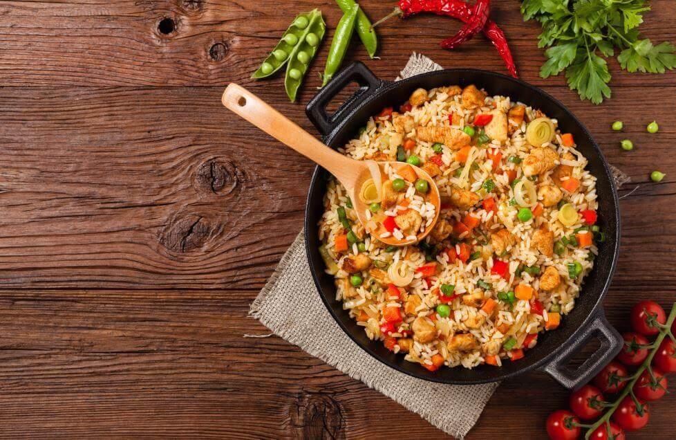 Délicieux riz au poulet et aux légumes