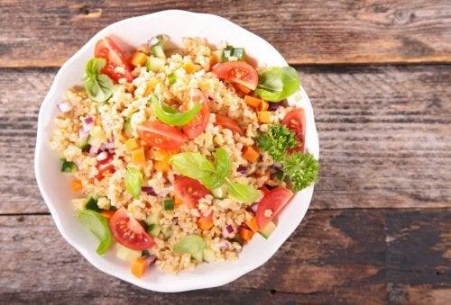 Une salade à base de quinoa et de légumes