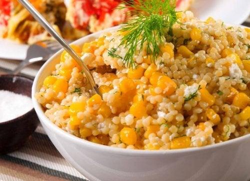 Une salade à base de quinoa et de maïs
