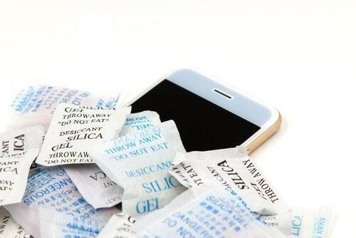 Des sachets de gel de silice pour récupérer un téléphone trempé.