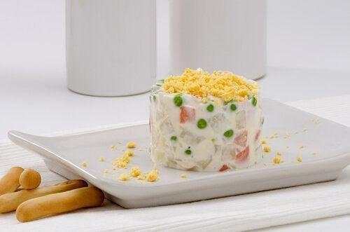 Il existe de nombreuses variantes de la salade russe