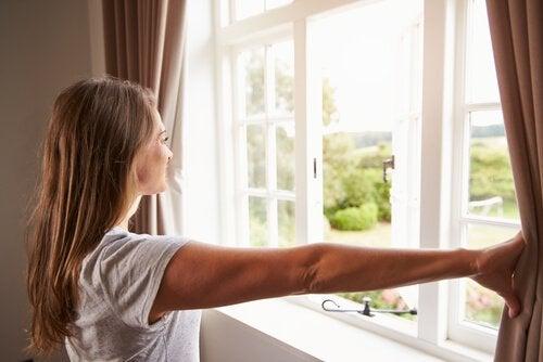 Aérer votre maison aide à enlever la moisissure