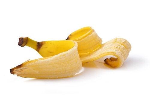 éliminer les verrues avec la peau de banane.
