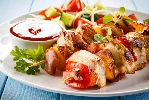 Brochettes de poulet et sauce