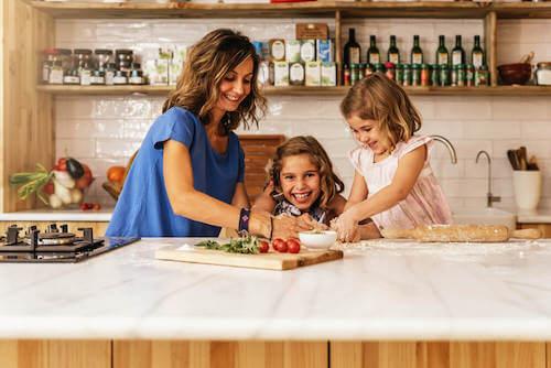 les enfants veulent faire des activités avec leur mère