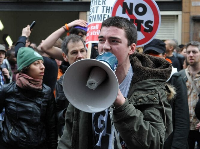 L'un des changements psychologiques de l'adolescence est l'intérêt grandissant pour la politique et les problèmes sociaux