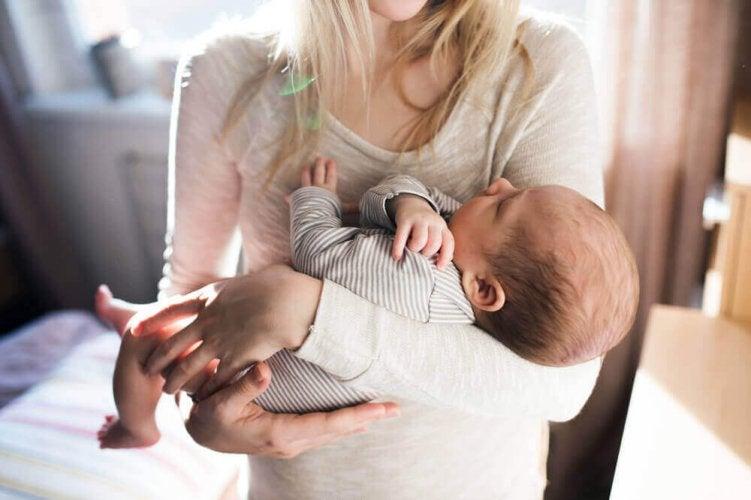 quand un bébé veut toujours être dans les bras de sa mère