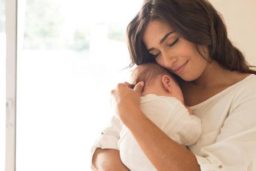Bébé qui s'endort dans les bras de sa mère