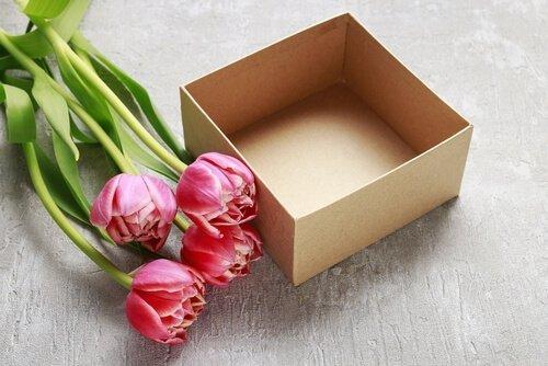 Les boîtes en carton peuvent constituer des centres de table
