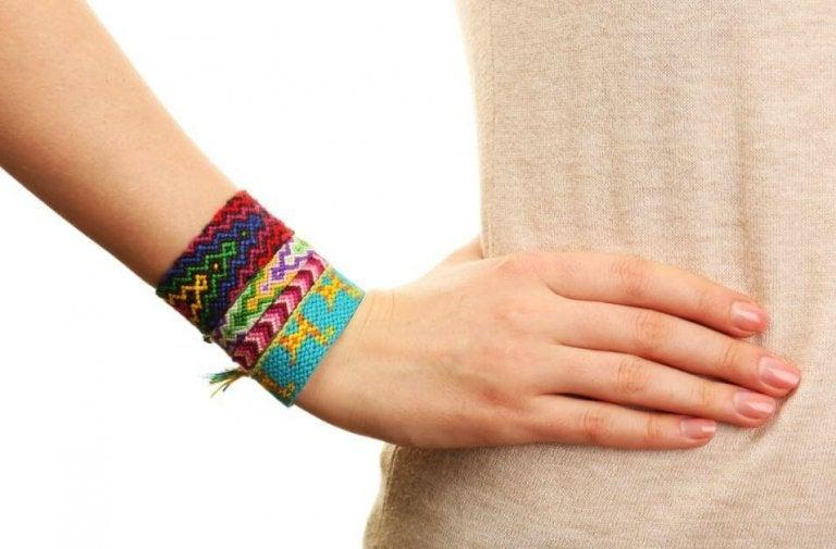 2 façons différentes de fabriquer des bracelets avec des fils colorés