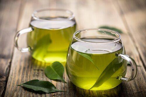 se désaltérer avec du thé