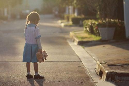 Enfant triste car sa mère est absente