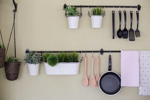 4 astuces pour fabriquer une tag re de cuisine am liore. Black Bedroom Furniture Sets. Home Design Ideas