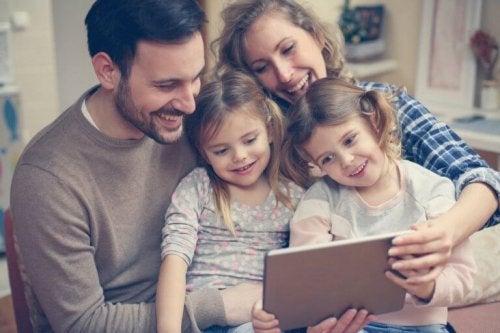 Famille devant une tablette.
