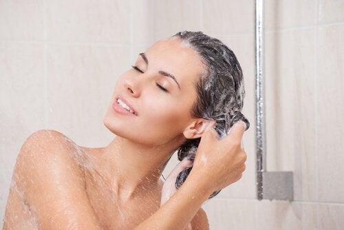 Comment préparer et appliquer le masque contre les cheveux gras
