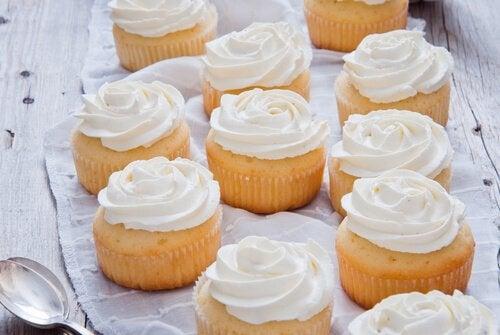 Recouvrir les gâteaux d'une crème décorative