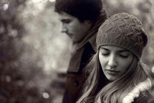 femme triste avec un homme qui l'a trompée avec sa meilleure amie