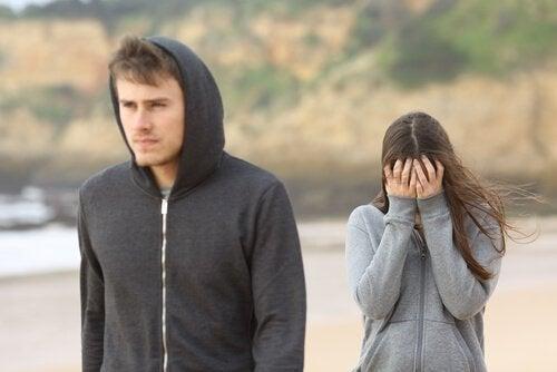 Le manque de vie privée est un signe de relation amoureuse toxique