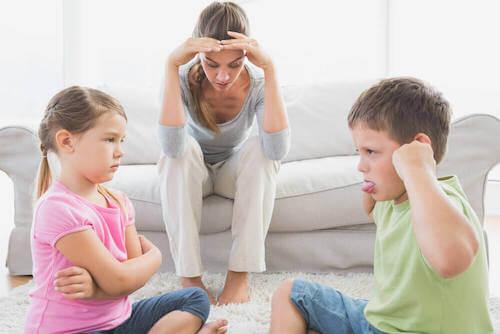 Pourquoi certains enfants se comportent mal en présence de leur mère ?