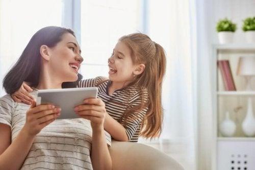 Mère et fille devant une tablette.