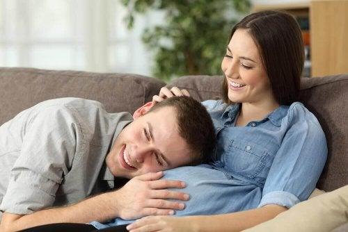 papa met la main sur le ventre de sa femme