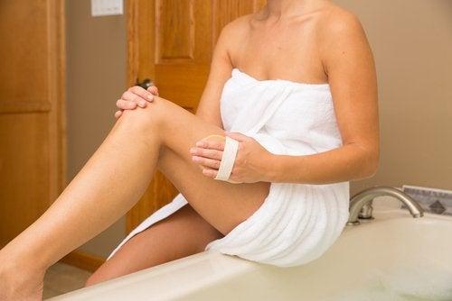 Réduire la peau d'orange avec des massages.