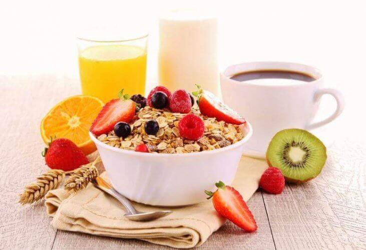 L'avoine et les fruits pour un petit-déjeuner sain.