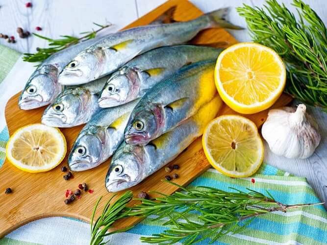 Ajouter du poisson au régime à base de pommes lors du 5e jour